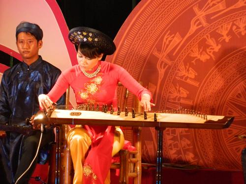 Xa Doãn Hồng Lợi, nghệ sĩ đàn tranh của CLB Đàn, hát dân ca Bình Triều biểu diễn.