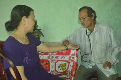 Thầy Trúc bắt mạch cho bệnh nhân.