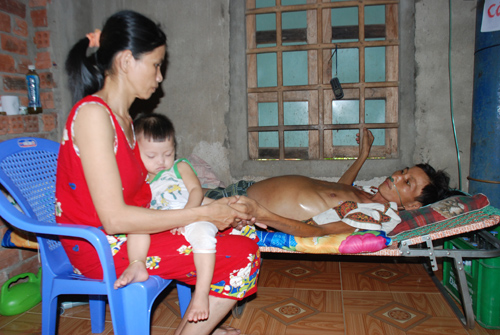Gia đình anh Bùi Đình Phúc đang rơi vào đói khổ vì bệnh tật.