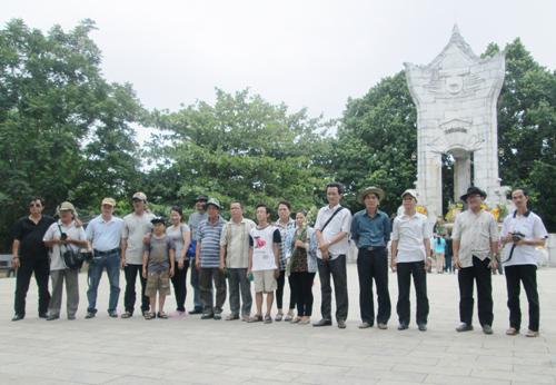 Đoàn văn nghệ sĩ Quảng Nam thăm Nghĩa trang liệt sĩ Trường Sơn - Quảng Trị.           Ảnh: NG.DŨNG