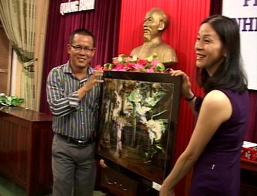 Đại diện Hội VH-NT Quảng Nam trao quà lưu niệm cho Hội VH-NT Quảng Bình.                                                     Ảnh: K.ĐỨC