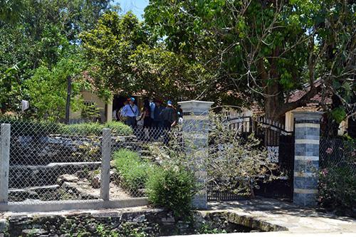 Nhà ông Đồng Viết Mão đã xây mới hàng rào cổng ngõ bằng bê tông ốp đá.