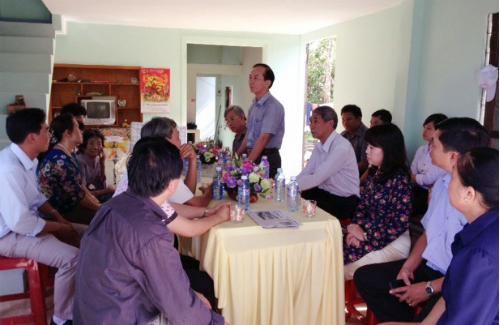 TS.Bùi Anh Thủy - Giám đốc Đại học Lao động – xã hội (cơ sở 2) trao nhà tình nghĩa cho gia đình bà Phùng Thị Mai.