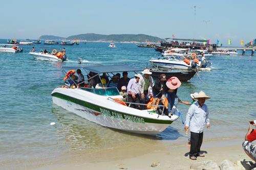 Khách du lịch Cù Lao Chàm tăng nhanh gây áp lực trong công tác vệ sinh, môi trường và an ninh trên đảo. Ảnh: V.L