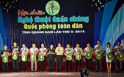Ban tổ chức hội diễn nghệ thuật quần chúng Quảng Nam lần II tặng hoa, cờ lưu niệm cho các đơn vị tham gia hội diễn.