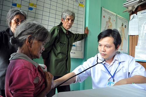Bác sĩ Trung tâm Chăm sóc sức khỏe sinh sản tỉnh khám bệnh cho người dân xã Trà Kót (Bắc Trà My).  Ảnh: VINH ANH