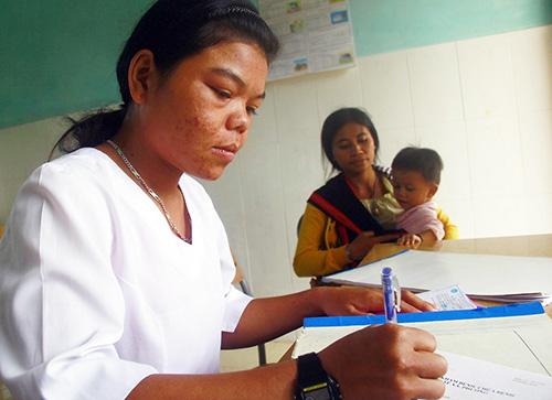 Theo dõi sức khỏe định kỳ ở Trạm Y tế xã Tà Pơơ, Nam Giang. Ảnh: PHƯƠNG GIANG