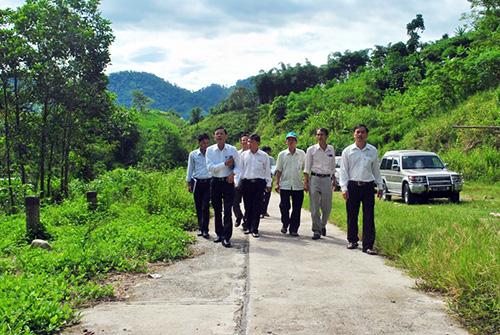 Đoàn khảo sát các điểm du lịch tại huyện Nam Giang.