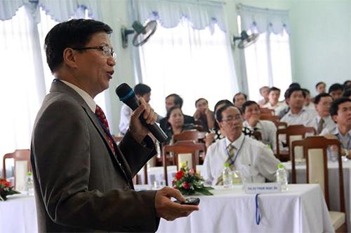 """GS-TS. Huỳnh Văn Minh trình bày bài giảng tổng quan về """"Cập nhật ĐT suy tim giai đoạn cuối"""" tại Hội nghị khoa học Bệnh viện Đa khoa tỉnh năm 2014."""