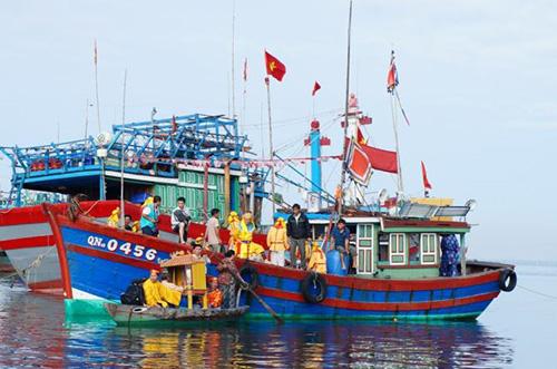 """Tàu ra cửa biển để rước """"Nghinh Thần"""" từ ngoài cửa biển về nhập lăng Ông ở xã Tam Quang (Núi Thành).          Ảnh tư liệu"""