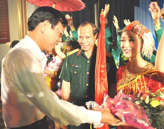 Phó Chủ tịch UBND tỉnh Nguyễn Chín tặng hoa chúc mừng diễn viên Đoàn nghệ quần chúng huyện Phú Ninh đoạt Huy chương Vàng tại lễ trao thưởng tối 19.9
