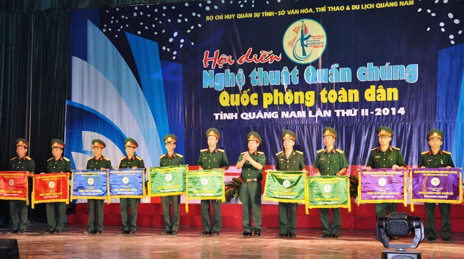Đại tá Phan Văn Thu, Chỉ huy Trưởng Bộ chỉ huy Quân sự tỉnh trao giải Nhất, Nhì, Ba và khuyến khích cho đoàn nghệ thuật quần chúng các huyện, thành phố.