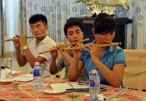 Các học viên tập cách cầm sáo.