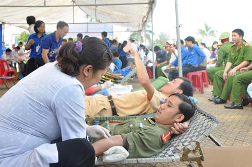 Đoàn viên thanh niên Công an tỉnh tham gia hiến máu nhân đạo.