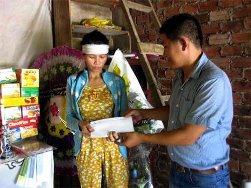 Đại diện Báo Quảng Nam trao 4,2 triệu đồng hỗ trợ cho gia đình ông Bùi Đình Phúc.