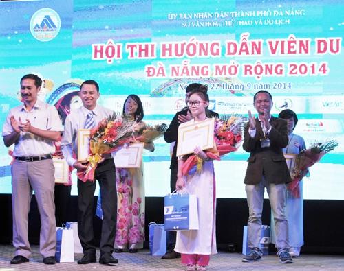 Ban tổ chức trao giải nhất và giải nhì cho hướng dẫn viên khối nội địa.