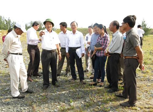 Phó Chủ tịch Thường trực UBND tỉnh Đinh Văn Thu kiểm tra các dự án đầu tư ven biển. Ảnh: T.D