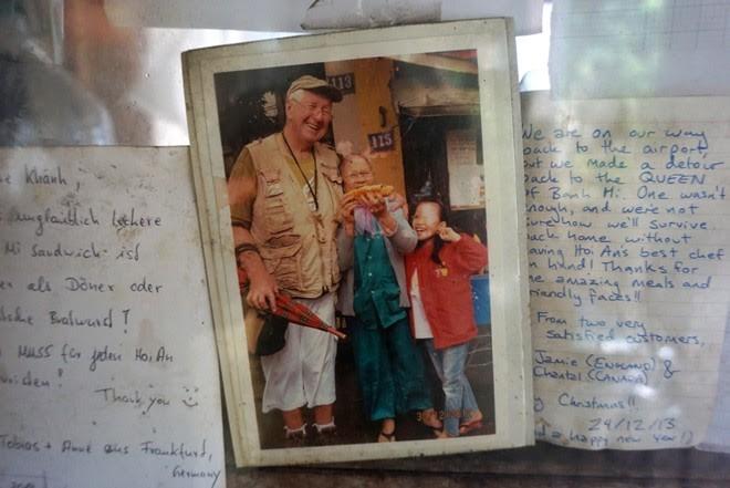 Madame Khanh and her good memories with tourists. Photo: Diep Sa.