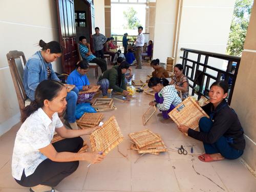 Lớp đào tạo nghề mây tre đan ở xã Tam Phú góp phần giải quyết việc làm cho lao động nông nhàn. Ảnh: H.BIN