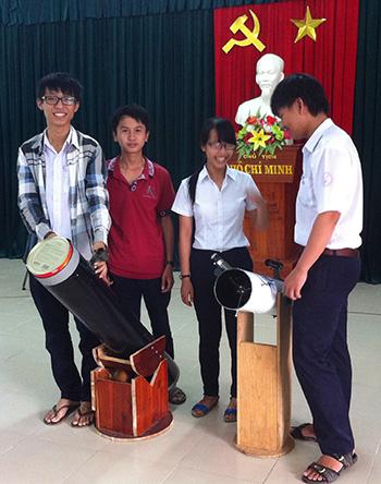 Một buổi ngoại khóa tìm hiểu về kính thiên văn của học sinh Trường THPT chuyên Nguyễn Bỉnh Khiêm.Ảnh: P.HOÀNG