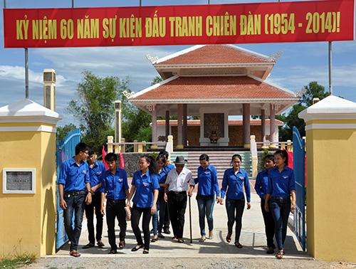 Tuổi trẻ Phú Ninh thăm di tích lịch sử cuộc đấu tranh Miếu Trắng - Chiên Đàn. Ảnh: XUÂN NGHĨA