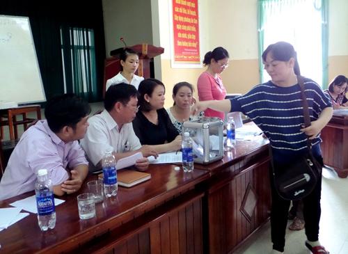Tiểu thương đấu giá bằng hình thức bỏ phiếu kín.