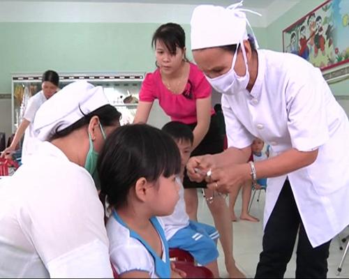 Điểm tiêm vắc xin sởi/rubella cho trẻ em tại Trường Mẫu giáo Vành Khuyên. Ảnh: K.NGÂN