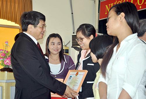 Ủy viên Trung ương Đảng, Bí thư Tỉnh ủy Nguyễn Đức Hải trao Học bổng Đất Quảng năm 2013 cho sinh viên xuất sắc. Ảnh: XUÂN PHÚ