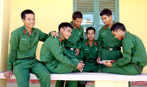 Các chiến sĩ mới đọc cho nhau nghe thư nhà.Ảnh: NGỌC DIỆP