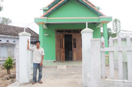 Ông Nguyễn Công Hương và căn nhà xây chưa được bao lâu đang chờ ngày thi hành án, giao cho người khác. Ảnh: H.G