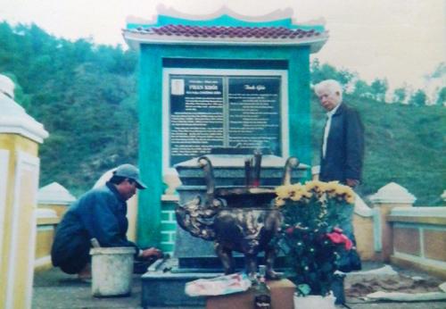 Chăm sóc phần mộ Phan Khôi tại làng Bảo An (Điện Bàn).
