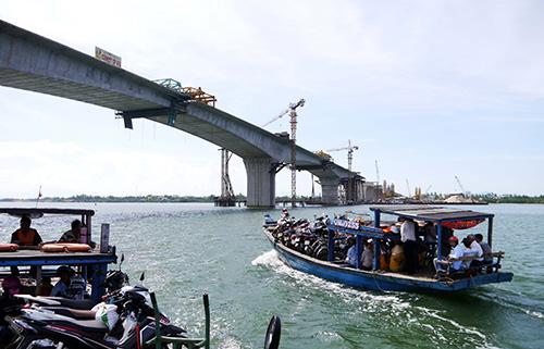 Cầu Cửa Đại đưa vào hoạt động sẽ giúp người dân vùng đông Duy Xuyên, Thăng Bình thuận tiện hơn trong việc đi lại.  Ảnh: NGUYÊN KHÔI
