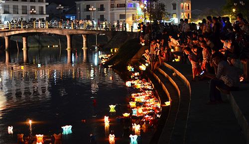 Du khách khắp nơi đến Hội An rất ấn tượng với lễ hội thả hoa đăng trên sông Hoài.