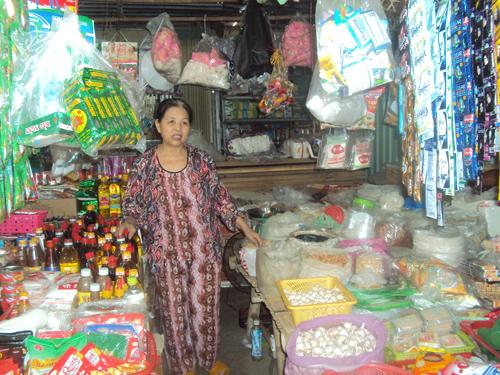 Bà Nguyễn Thị Chín cho biết, kinh doanh tạp hóa tại chợ thị trấn Đông Phú gần đây ế ẩm. Ảnh: T.Đ