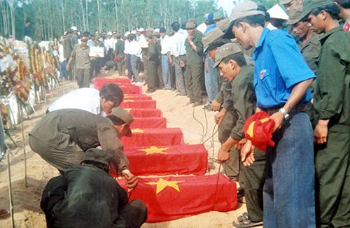 Hài cốt liệt sĩ tìm thấy ở rừng Cấm Khánh Thọ tháng 5.2001 được đưa vào an táng tại Nghĩa trang liệt sĩ xã Tam Thái.