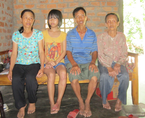 Thu Ni cùng với ba mẹ và bà nội trong căn nhà nhỏ.Ảnh: CHÂU NỮ.