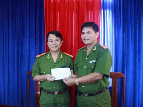 Đại tá Huỳnh Sông Thu (bìa phải) khen thưởng cho lãnh đạo Phòng CSĐT tội phạm về TTXH Công an tỉnh Quảng Nam.