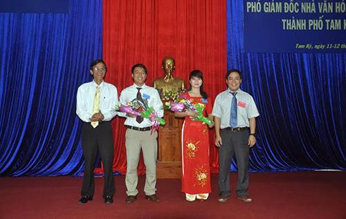 Giám đốc Sở Nội vụ Nguyễn Hữu Sáng và Phó Chủ tịch UBND TP.Tam Kỳ Bùi Ngọc Ảnh động viên hai ứng viên trước giờ thi