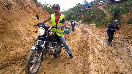 """""""Easyrider"""" Andy Phạm cùng du khách trên hành trình khám phá miền núi Quảng Nam. Ảnh: Nhân vật cung cấp"""