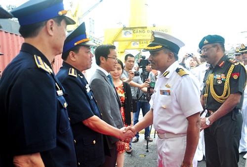 Đại diện các lực lượng thực thi pháp luật trên biển Việt Nam đón tiếp thủy thủ tàu Samudra Paheredar