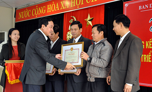 Phó Chủ tịch UBND tỉnh Huỳnh Khánh Toàn trao Bằng khen của UBND tỉnh cho các cá nhân có thành tích trong công tác dân vận năm 2013. Ảnh: VINH ANH