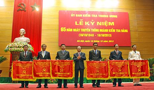 Đồng chí Đoàn Văn Viên - Chủ nhiệm UBKT Tỉnh ủy (thứ hai, từ trái sang) nhận Cờ thi đua của UBKT Trung ương tặng đơn vị tiêu biểu, xuất sắc toàn quốc, có nhiều đóng góp cho ngành trong giai đoạn 2008 - 2013 tại Hà Nội năm 2013. Ảnh MỸ LỘC