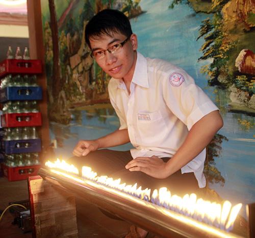 """Nguyễn Thành Tín bên """"Ống Ruben"""" - bản giao hưởng nhạc - lửa.Ảnh: H.LIÊN"""