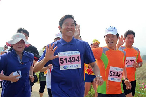 Mr. Nguyen Van Lua and Mr. Kwak Dea Hoor in the marathon