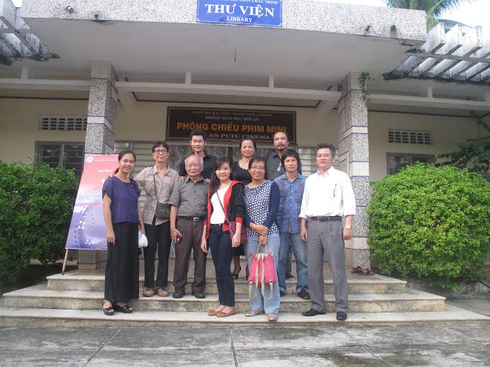 1: Đạo diễn Síu Phạm (thứ 5 từ phải qua) và nhà văn Nguyên Ngọc (thứ 6 từ trái qua) cùng các thành viên của phòng chiếu phim chụp ảnh lưu niệm tại buổi ra mắt