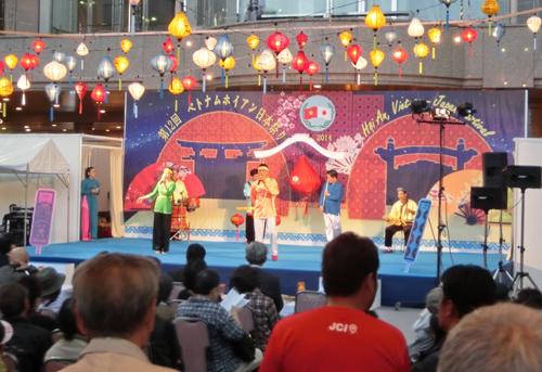 Hội An diễn xướng trò chơi bài chòi tại lễ hội. (ảnh do Trung tâm Văn hóa thể thao Hội An cung cấp).
