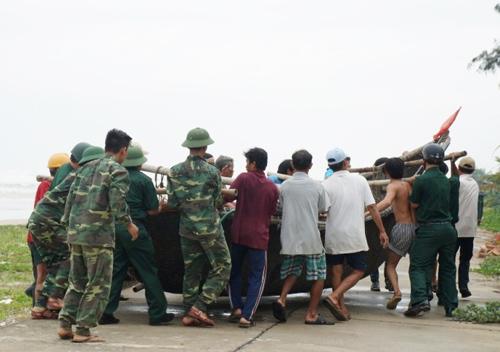 Lực lượng dân quân biển Tam Kỳ cùng bộ đội biên phòng giúp dân sơ tán phương tiện tàu thuyền tránh bão.