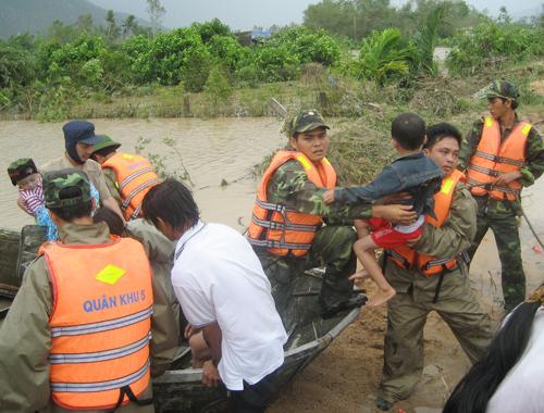 Tiểu đoàn VS25 di dời người dân vùng lũ đến nơi an toàn.ảnh: T. Anh