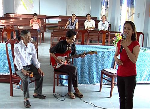 Câu lạc bộ Đàn hát dân ca Bình Triều tập diễn trước khi tham dự Liên hoan đàn hát dân ca Quảng Nam lần thứ nhất.  Ảnh: N.Q.V