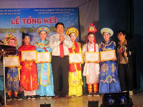 Khen thưởng cho những tập thể, cá nhân đã có thành tích trong việc triển khai thực hiện chương trình sân khấu học đường năm 2014.
